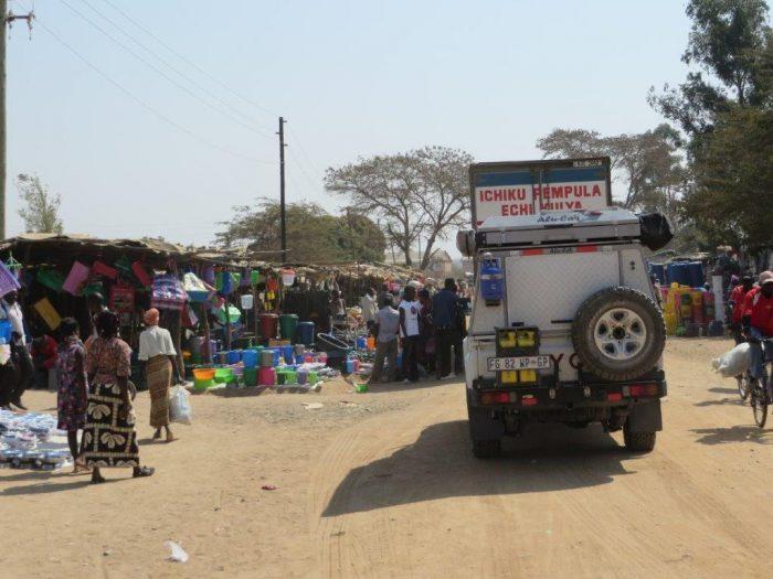 jeep rijdt door dorp in Zambia