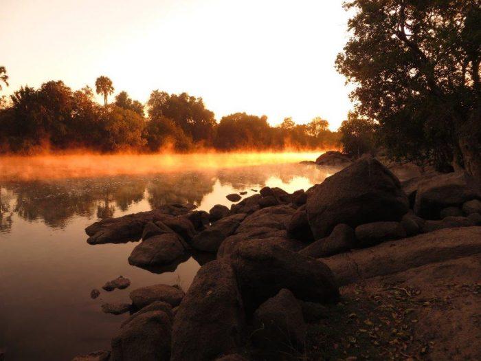 rotskant en mistige rivier