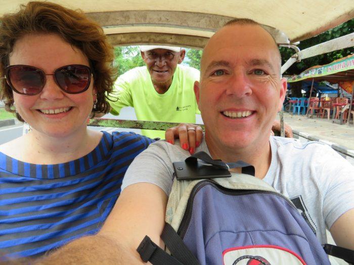 selfie van Eric en Claudia in riksja. De fietser is ook te zien.