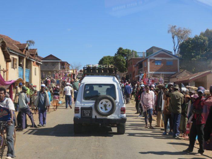 rijden door het dorp Madagaskar