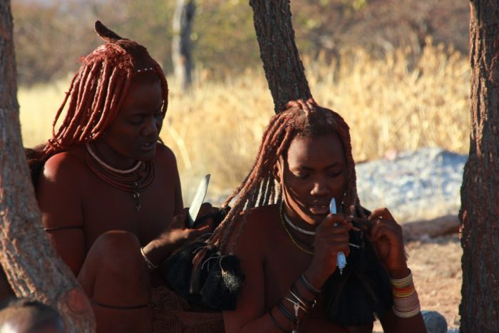 Himbavrouwen verzorgen hun haar